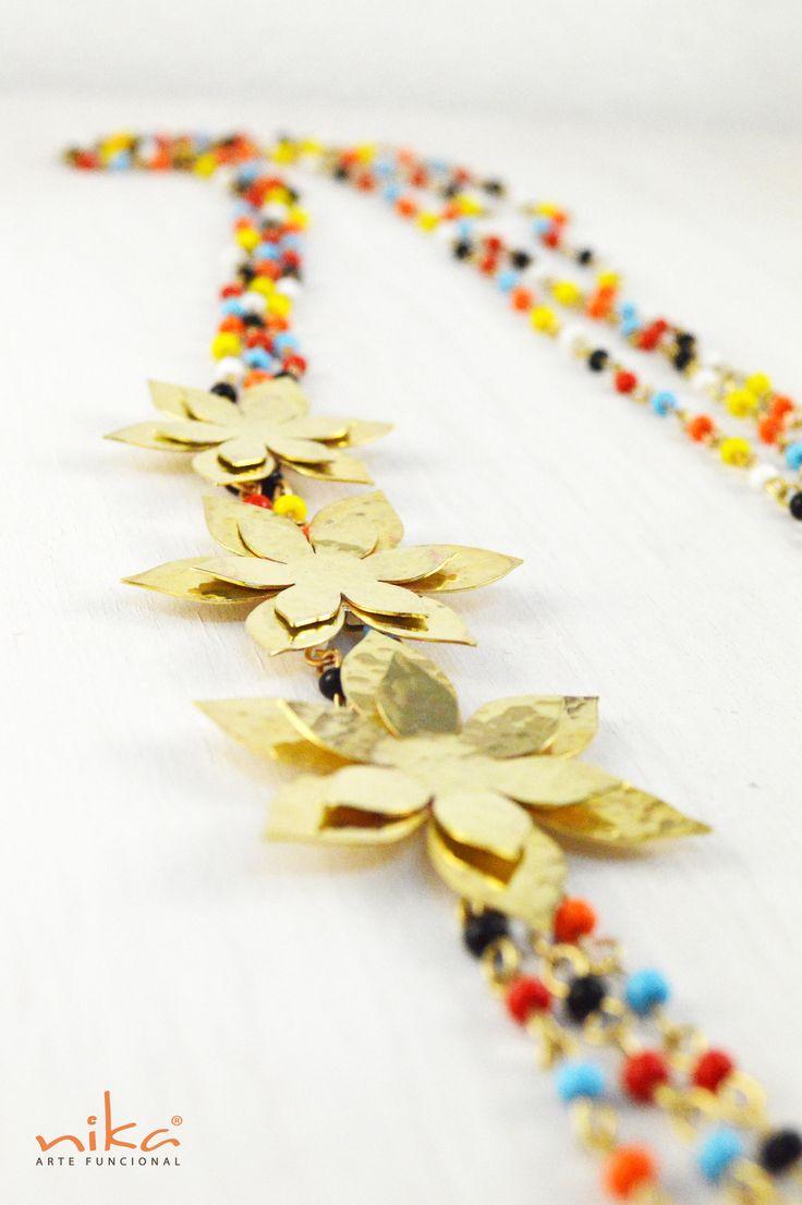 Collar Flocima Material: Bronce con baño de Oro Acabado: Martillado Piedras: Chaquiras