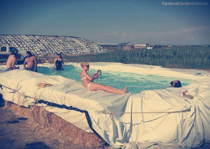 hay bale pool | Photo: Piscina em fardos de palha =) Straw Bale Swimming Pool =)