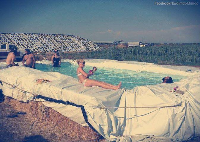 hay bale pool | Photo: Piscina em fardos de palha =) Straw Bale Swimming Pool =)