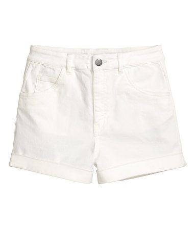 Valkoinen. Lyhyet 5-taskushortsit joustavaa tvilliä. Korkea vyötärö.