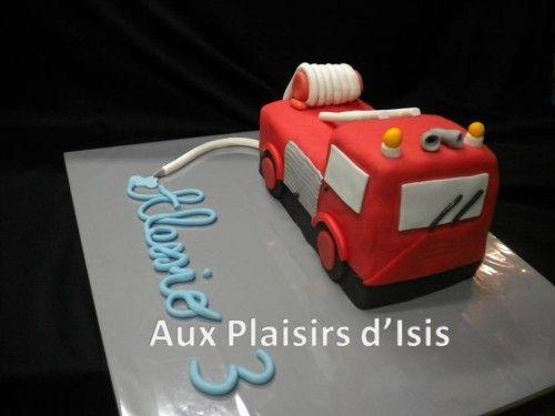 Le petit Alessio est un très grand fan de pompiers. Alors, pour faire plaisir à notre pompier en herbe, je lui ai fait un gâteau en forme de camion de pompiers. Le recouvrement rouge est de la pâte d'amandes, le reste est en pâte à sucre, sur un cake...