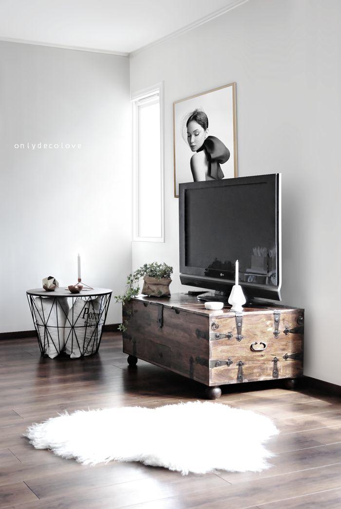 Oude houten dekenkist als tv-meubel; salontafel (draadmand met houten blad) van Ferm Living [onlydecolove].