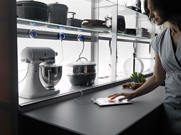 Tutto è a portata di mano e tutto è in ordine con New Logica System di Valcucine, lo schienale attrezzato in grado di ospitare e nascondere, all'occorrenza, tutte le attrezzature da cucina: lo scolapiatti, la bilancia, i piccoli elettrodomestici, i contenitori estraibili per cucinare, i portabottiglie, le prese elettriche, un monitor, il portarotoli, il rubinetto, i ganci portamestoli e anche la cappa