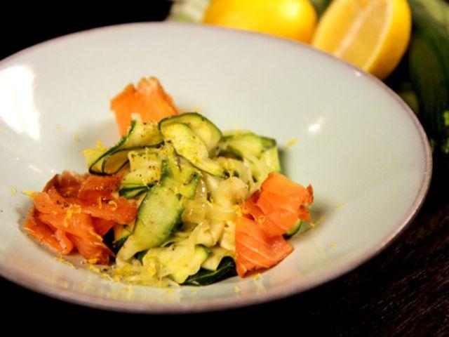 Zucchinipasta med rökt lax och chili (kock Tommy Myllymäki)