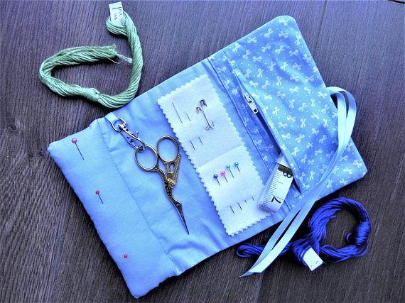 Un accesorio realmente útil - alfiletero incorporada en un extremo, bolsillo con cremallera útil en el otro para sus herramientas de costura pequeña; extremadamente útil si asistiendo a clases. Medidas 10 x 6,5 cuando está abierto. Provisto de tijeras, agujas, alfileres, cinta métrica. ¡Ideal para tomar vacaciones demasiado! Viajo bastante para exhibir en eventos de arte y necesitaba algo limpio y pequeño para llevar mis imprescindibles conmigo - esto realmente ajusta a la ley