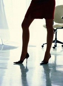 La femmina intelligente e con molte cose da fare sa che le calze nere opache sono delle buone amiche. Molto buone: snelliscono le gambe, difficilmente si smagliano, quando fa freddo tengono caldo. Anche per questo, uno dei quotidiani più intelligenti e multitasking del pianeta, il Guardian, ha deciso di difenderle contro le modarole – internazionalmente dette fashionistas – che girano a gambe nude anche d'inverno e disprezzano le calzanerate, anche solo di 40 denari.