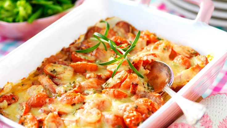 Läckert krämig gratäng med kassler, tomat och kryddig korv. Snabblagat recept för vanlig vardagar!