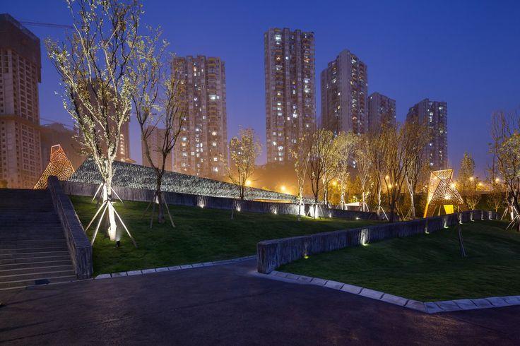 Arquitectura y Paisaje: Pabellones de metal perforado se elevan por encima de un parque por Martha Schwartz Arquitectura y Paisaje: Pabellones de metal perforado se elevan por encima de un parque por Martha Schwartz – Plataforma Arquitectura