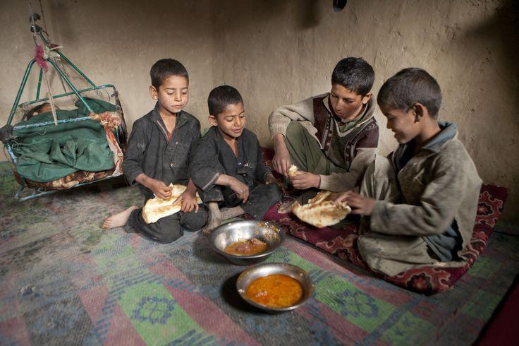 Afghanistan - Afghanen gebruiken geen bestek. Zij pakken met een stukje brood vlees, rijst of groente van hun bord. Een groot plat brood kost 10 Afghani, dat is ongeveer 15 eurocent. In Kabul is op elke straathoek een bakkerij.
