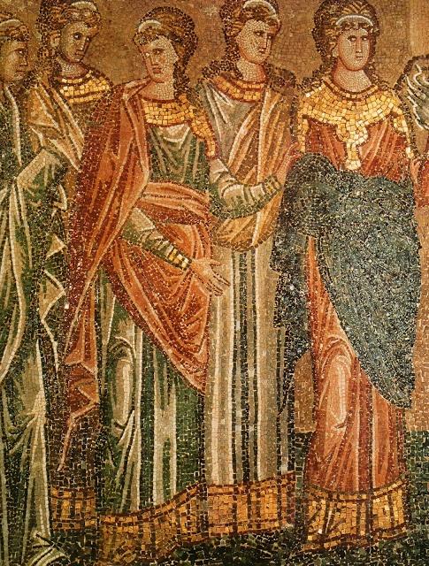 Este grupo de mujeres bizantinas, que aparecen en un mosaico de principios del  siglo XIV, llevan la ropa característica de la época. Las prendas presentan   una decoración recargada y lujosa; están cubiertas de perlas y   piedras preciosas, y adornadas con ribetes de oro.: De Mujeres, De La, De Perlas, Las Prendas, Del Otro, Mosaico De, La Del, Del Siglo