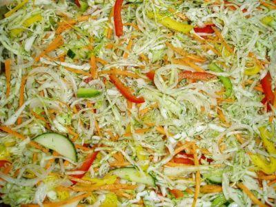 Салат «Пятёрочка» Капуста,морковка,паприка,лук и свежий огурец.  Из расчета на половину кочана капусты-  4 моркови,3 паприки/красная,зеленая и желтая/  3 луковицы и 1 салатный огурец.