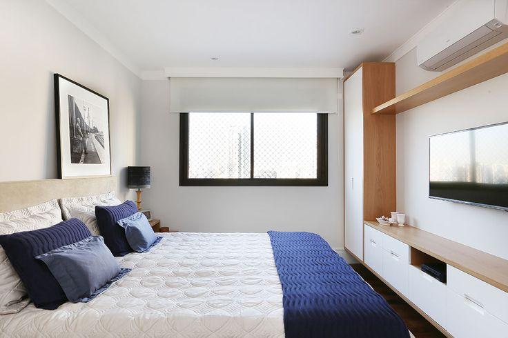 Decoração de apartamento integrado e com crianças. No quarto de casal estante de madeira, fotografia, quadro, luz natural e tons neutros.