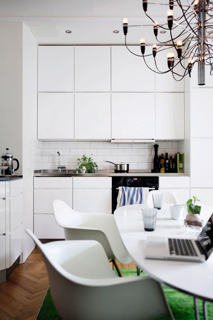 Eames-stolar-koksbord-superellips-bordet-lampa-209730-design-gino-sarfatti-flos-gron-matta-nessim