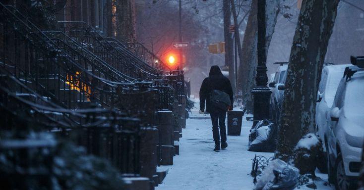 """Homem caminha sobre a neve na região do Brooklyn Heights, Nova York, estado de Nova York, USA. A Nova Inglaterra foi atingida por uma nevasca chamada de """"ciclone bomba"""", que gerou grandes acúmulos de neve, no início de janeiro de 2018.  Fotografia: Drew Angerer / Getty Images / AFP.  https://noticias.uol.com.br/album/2018/01/03/onda-de-frio-nos-eua.htm#fotoNav=11"""