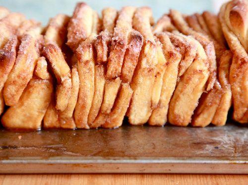 Καταπληκτική συνταγή που… κλέψαμε από τον Ακη Πετρετζίκη, ένας από τους αγαπημένους μας Chef, με καταπληκτικές ιδέες και για παιδιά. Το ονομάζει λουκουμόψωμο και είναι έτσι πραγματικά. Υλικά 125γρ. βούτυρο λιωμένο 480γρ. γάλα φρέσκο 100γρ. σπορέλαιο 100γρ. ζάχαρη 1 πακετάκι μαγιά 500γρ.
