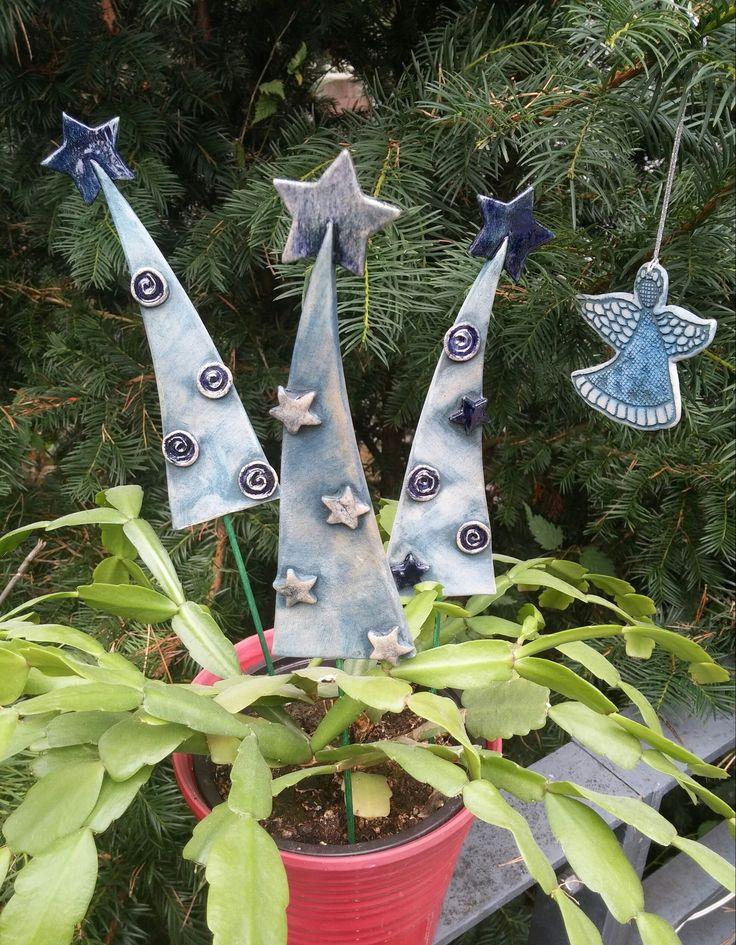"""Stromek k zapíchnutí """"Modravé Vánoce"""" Stromek je vysoký 17 cm, šířka u spodního okraje je cca 5,5 cm. Je dekorován kobaltem , místy transparentní glazurou."""