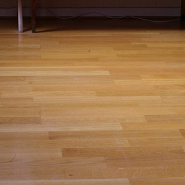 how to remove furniture scuffs on laminate wood flooring ehow - Geflschte Hartholzbden Ber Teppich