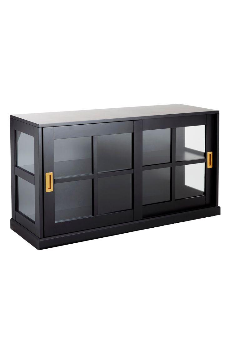 Visa upp dina finaste saker hemma i ett vitrinskåp. Smarta skjutdörrar i glas med mässingsbeslag som inte tar onödig plats. De djupa hyllorna gör att du får plats med mycket. Material: Trä och glas. Storlek: Höjd 67 cm, bredd 122 cm, djup 41 cm. Beskrivning: Vitrinskåp i mdf med skjutdörrar i glas och mässingsbeslag. Levereras omonterat. Monteringsanvisning medföljer. Skötselråd: Torkas med fuktig trasa. Tips/råd: Låt detaljer som mässing gå igenom i fler produkter i rummet. En del ...
