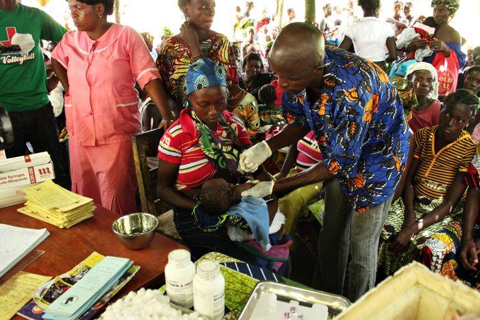 Każde szczepienie jest odnotowane w żółtej książeczce szczepień, których sosik widać na stole. www.unicef.pl/pomagam © UNICEF/Z.Dulska