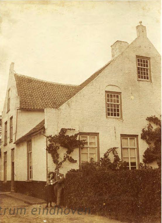 Aarle-Rixtel, Huize Ter Hurkens met voor het huis Jo Coovels en Jan Sopers, 1903 - 1907 Auteur: niet vermeld