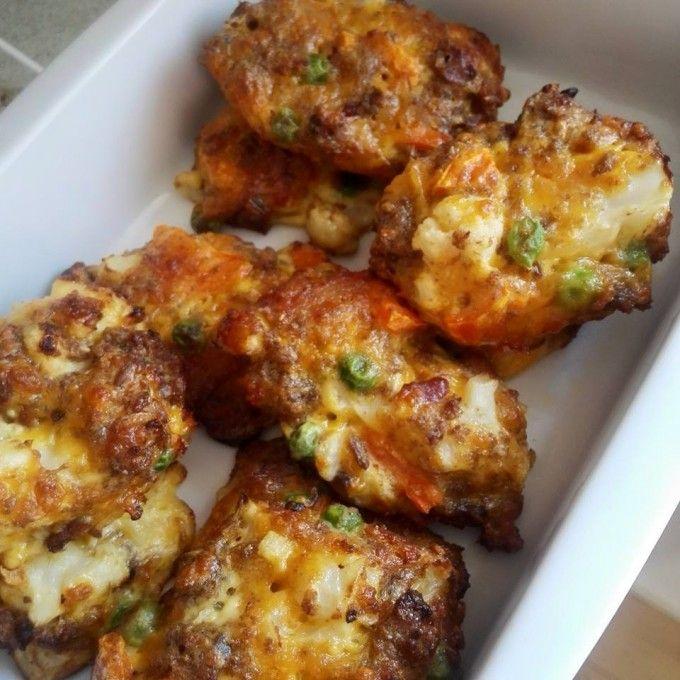 Dette er en ny variant af min opskrift på broccoli-cheese tops, fremgangsmåden den samme, det er blot det grønne der er skiftet ud..  Til ca. 10 stk skal du bruge følgende:  2 skiver rugbrød, 2 æg, ca. 2 dl revet cheddar, 1 dl ærter, 1/2 dl forkogt og hakket blomkål, 1/2 dl forkogt og ha....