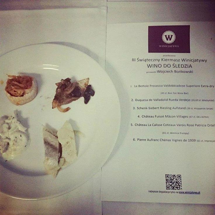 Śledzie z Chleb z Masłem, na III Świąteczny Kiermasz Winicjatywy pomogły miłośnikom wina odkrywać krańce zmysłowego poznania. #polskie #jedzenie, #sledzie, #ChlebzMaslem, #smak