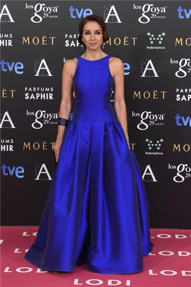 Ana Belén, impecable con un vestido azul cobalto de Tot-Hom, y pieles de Miguel Marinero.