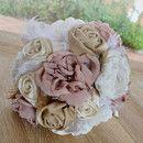 Bouquet de novia vintage con flores de tela y plumas.  Este elegante ramo de novia está compuesto por flores de tela hechas a mano, adornadas con cristal de strass y plumas naturales.  Si...