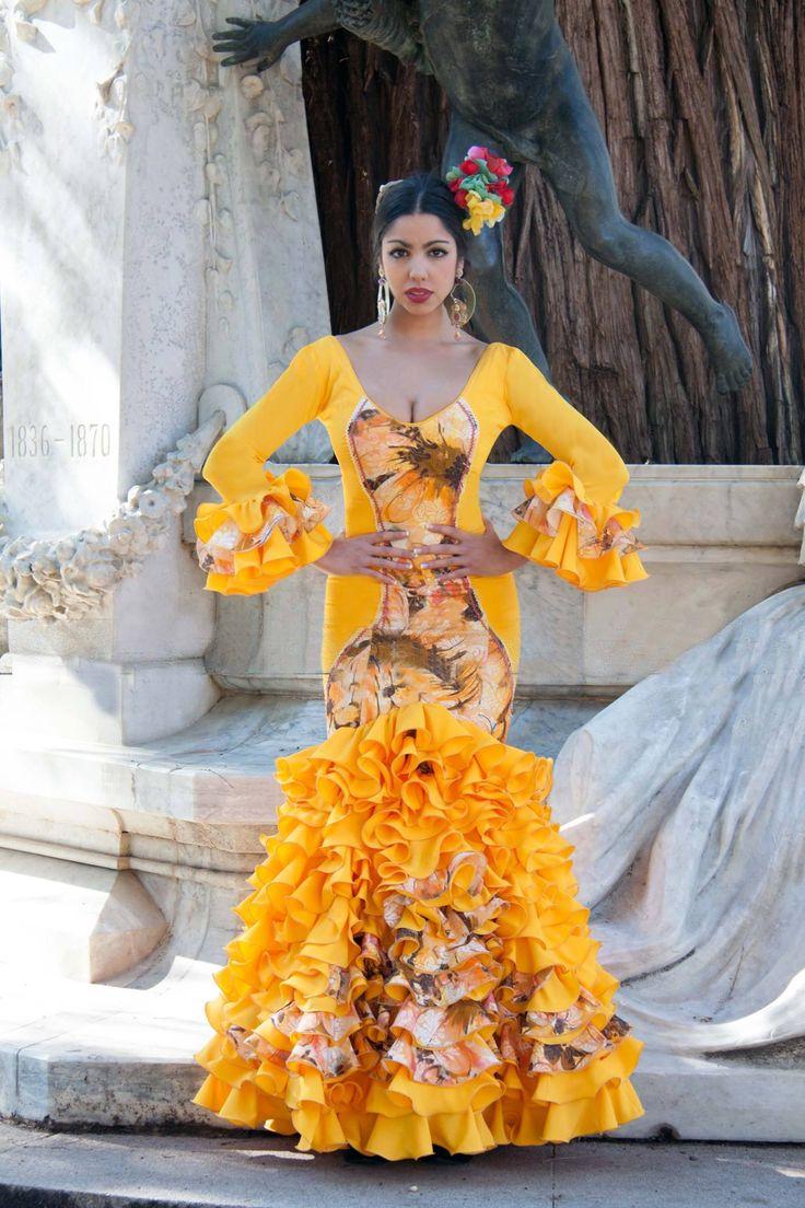 ▶️ Traje de flamenca amarillo con aplique 💟 Diseño exclusivo de Viviana Iorio ▶️ Colección 2015, Sevilla, España 💌 info@vivianaioriotrajesdeflamenca.com