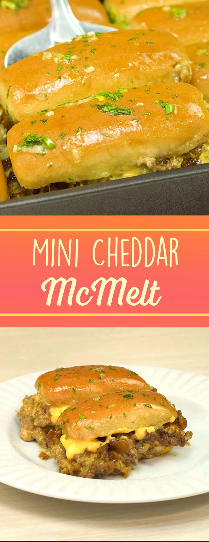 Sanduíche Cheddar McMelt feito em casa, mas gosto de lanchonete, com muita cebola caramelizada, cheddar e pão com carne
