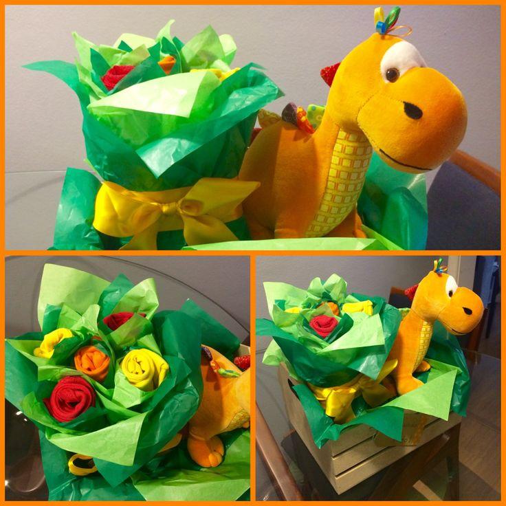 Cx em MDF+papel seda+dinossauro de pelúcia+bodies enrolados=cesta de boas vindas para maternidade