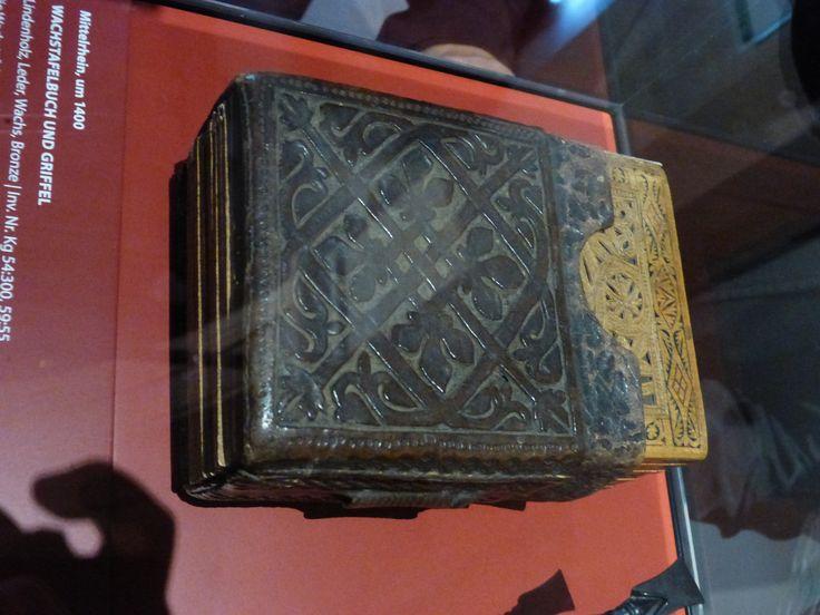 Wachstafelbuch. Mittelrhein um 1400. Landesmuseum Darmstadt Lindenholz, Leder, Wachs, Stili aus Bronze