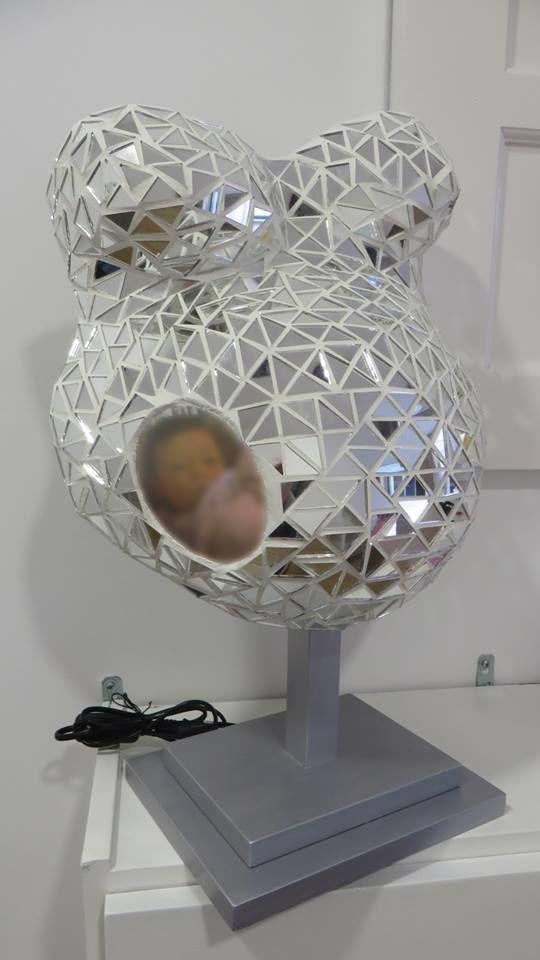 Barriga de gesso coberta com espelhos em forma de triângulos e aplicação da foto do bebé, em suporte de candeeiro de mesa de cabeceira, pintado à mão em prateado! Ref. BARRG22