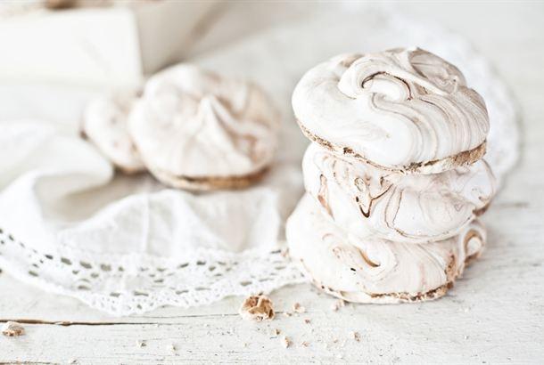 Marengit / Meringue http://www.valio.fi/reseptit/marengit/  Isot marengit ovat kahviloista tuttu ihana sokerinen herkku. Tarjoile marengit kevään ja kesän juhlissa kuohuvan kera.