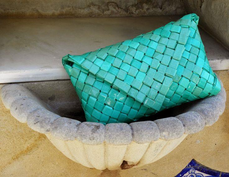 Cartera en papel reciclado y procesado.  Tamaño 24 x 18 cms.  Con cierre interno de cremallera y externo de imán.