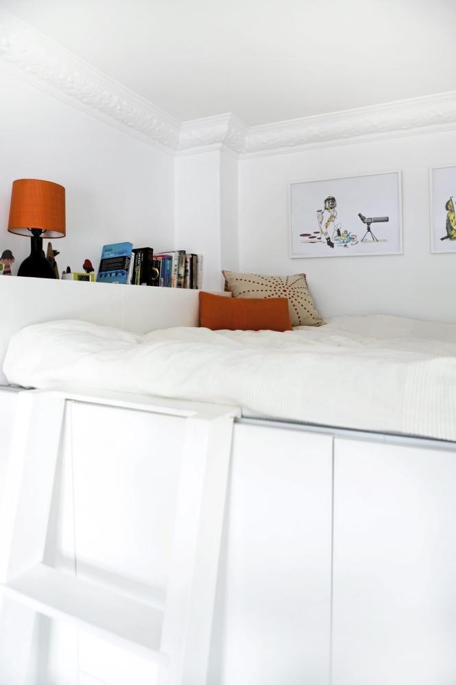 En sovealkove er en fin plassparende løsning for små leiligheter. Da skiller man sengen fra resten av rommet, uten at det tar for mye plass. I tillegg får man ekstra oppbevaringsplass under alkoven.
