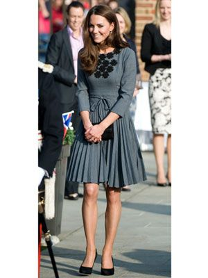 A heather-gray, flouncy frock with delicate detailing and black pumps screams cl…