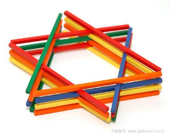 vormen leggen met gekleurde luciferstokjes