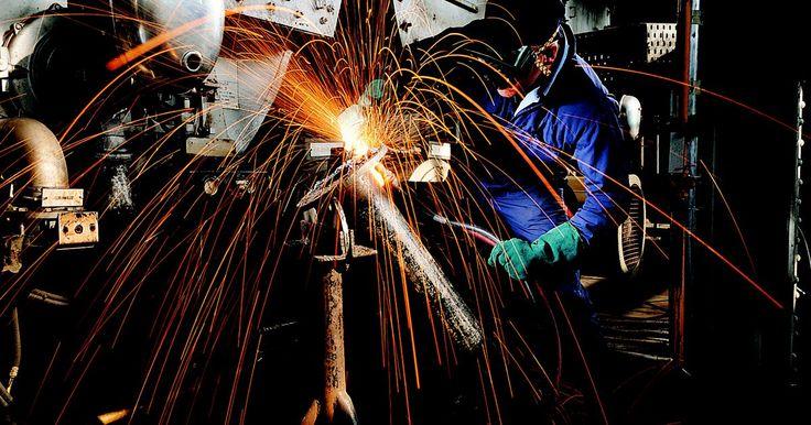 Salario de un ingeniero metalúrgico y de materiales. Los ingenieros metalúrgicos y de materiales son esenciales para el desarrollo industrial. Ellos investigan y desarrollan nuevas formas de utilizar los elementos y otros materiales para la producción industrial. Los ingenieros metalúrgicos se centran exclusivamente en el uso de metales, mientras que los ingenieros de materiales se especializan en ...