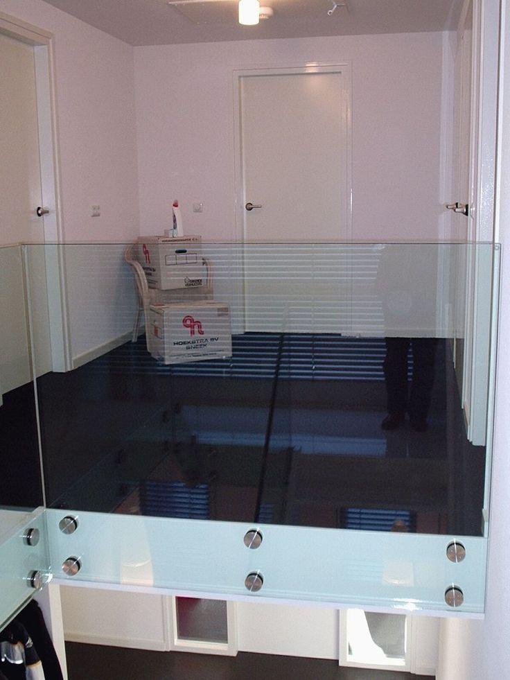 Met glas creëer je een ruimtelijk effect op een kleine overloop.