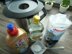 ;-) ALLES-Reiniger (Thermomix): 240g Wasser und 3 gestrichene EL Waschsoda (entfettet) bei 100 Grad/3 Minuten/Stufe 1 aufkochen. 60g Fairy-Zitrone (o.a. Spüli) & 60 g Essigessenz (gegen Kalk für Glanz) dazugeben (alternativ 75g Citroessenz, dann aber 225g Wasser zum Waschsoda) - Nach Wunsch 25 g Eukalyptusöl (entfettet) - alternativ Teebaumöl (fungizid, antiseptisch) oder Orangenöl (riecht gut). Danach mit 1,5 Liter Wasser auffüllen und bei Stufe 4/10 Sekunden verrühren…