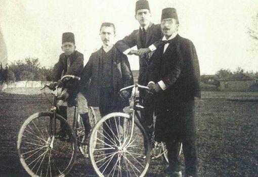 1908 yılında bisikletleri ile poz veren gençler... #istanbul #bisiklet #bicycle #istanlook