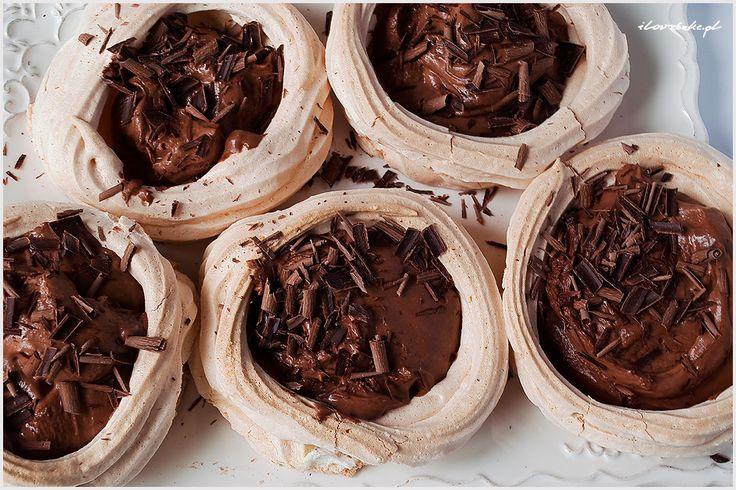 Mini Pavlova z musem czekoladowym to deser dla osób uwielbiających mocno słodkie smaki. Chrupiącą beza z lekko wilgotnym wnętrzem i do tego spora dawka czekolady.