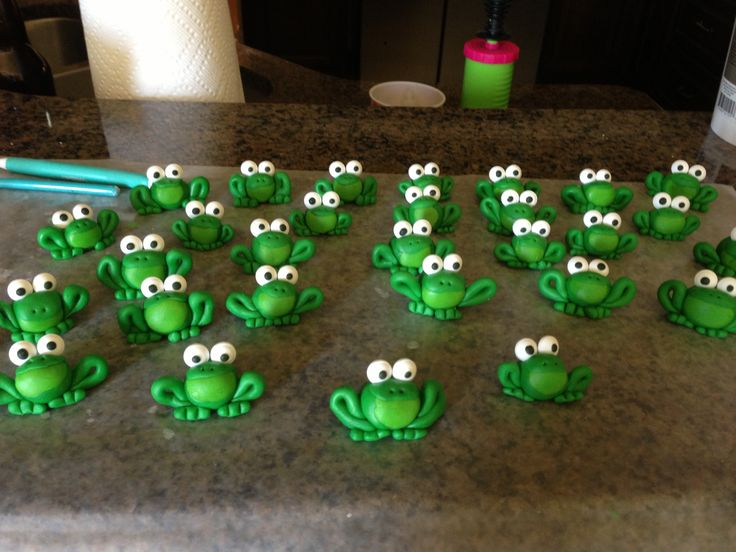 Fondant frogs as cupcake toppers