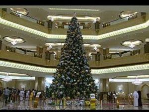 Excesivo lujo en Abu Dhabi. Árbol de navidad decorado en oro y piedras preciosas valorado en 11 millones de dolares. guau!!!