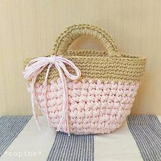 「Tシャツヤーンと麻ひものさくら色マルシェバッグ」アップサイクルヤーン(Tシャツなどのリサイクル素材)と麻ひもを組み合わせた、地球にやさしいバッグです。今回は春のさくらをイメージして、ピンクの糸で編んでみました。 底は円形で、荷物もしっかり収納できるマルシェバッグです。 すべて細編みで編むので、初心者の方にもおすすめです。[材料]Tシャツヤーン(超極太)かぎ針10mm使用/麻ひも(ナチュラル)かぎ針8号使用/飾り用 ヤーン