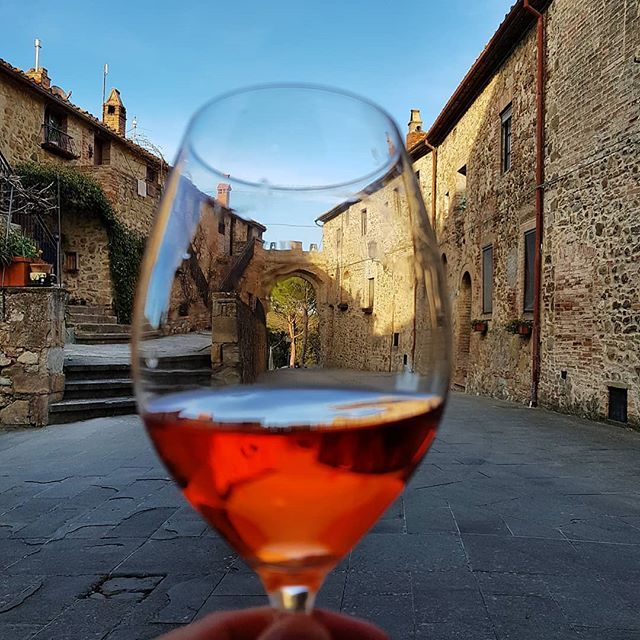 Sunday Funday!  I seem to be drinking a lot of rosé these days I think it's because everyone is bottling the new vintages.  I hope everyone had a lovely day today and Happy Easter to all my Greek friends.  Dinner and a bottle of our wine anyone? . . . .  #rosé #tuscany #tuscano #organic #organicwine #italian #italianwine #artisan #winelovers #winegeek #porrona #secondchancesummer #jacksonandseddon #wineclub #instatravel #winegram #instawine #instagood #wine #sundayfunday
