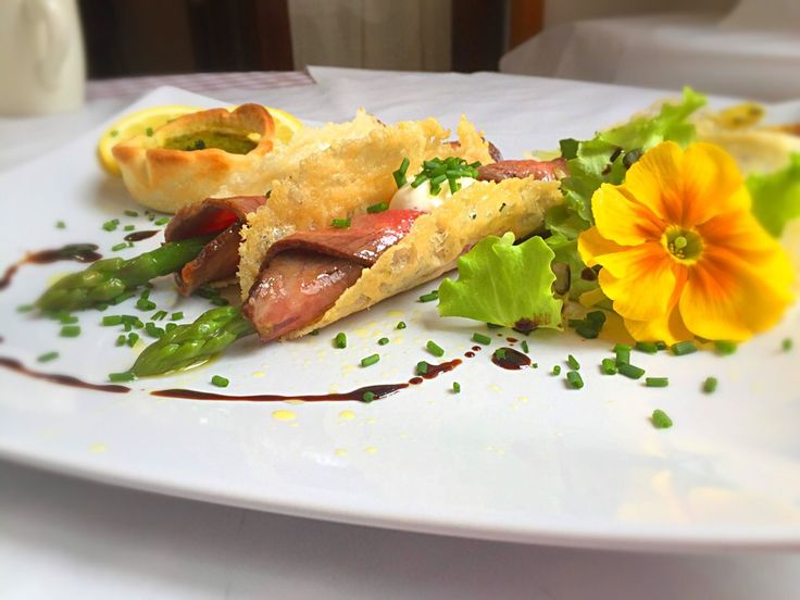 "Parmesan wafer ""tacos"" with marinated beef, asparagus and yoghurt mayonnaise"