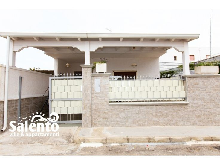 Casa Anto 2 sx con veranda sita a soli 220 metri dalla famosa spiaggia di sabbia di Torre Lapillo di Porto Cesareo nel Salento La casa è composta da: 1 camera da letto, 1 bagno completo con box doccia, una zona cucina pranzo e una veranda.
