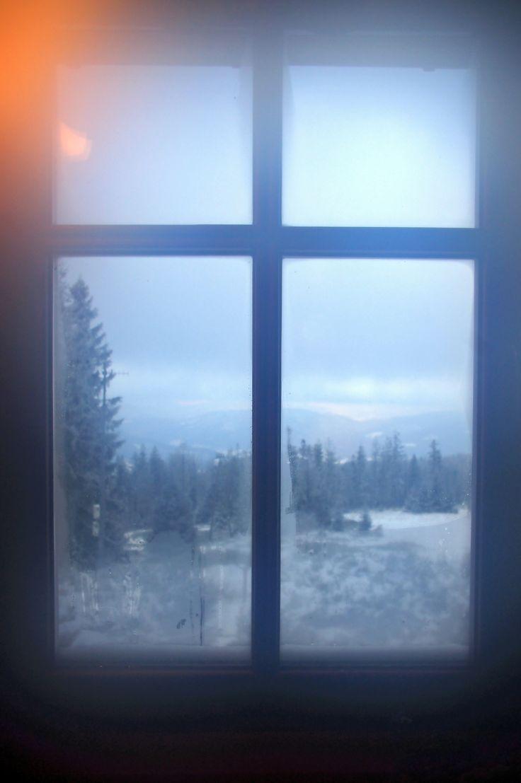 Widok Beskidów przez okno ze schroniska na  Błatniej.